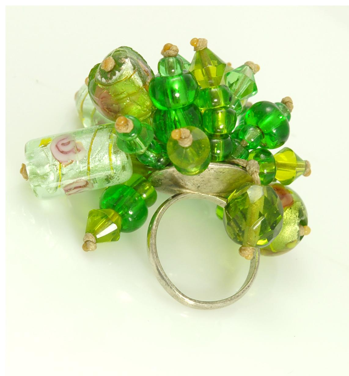 Серебреное кольцо из бусин